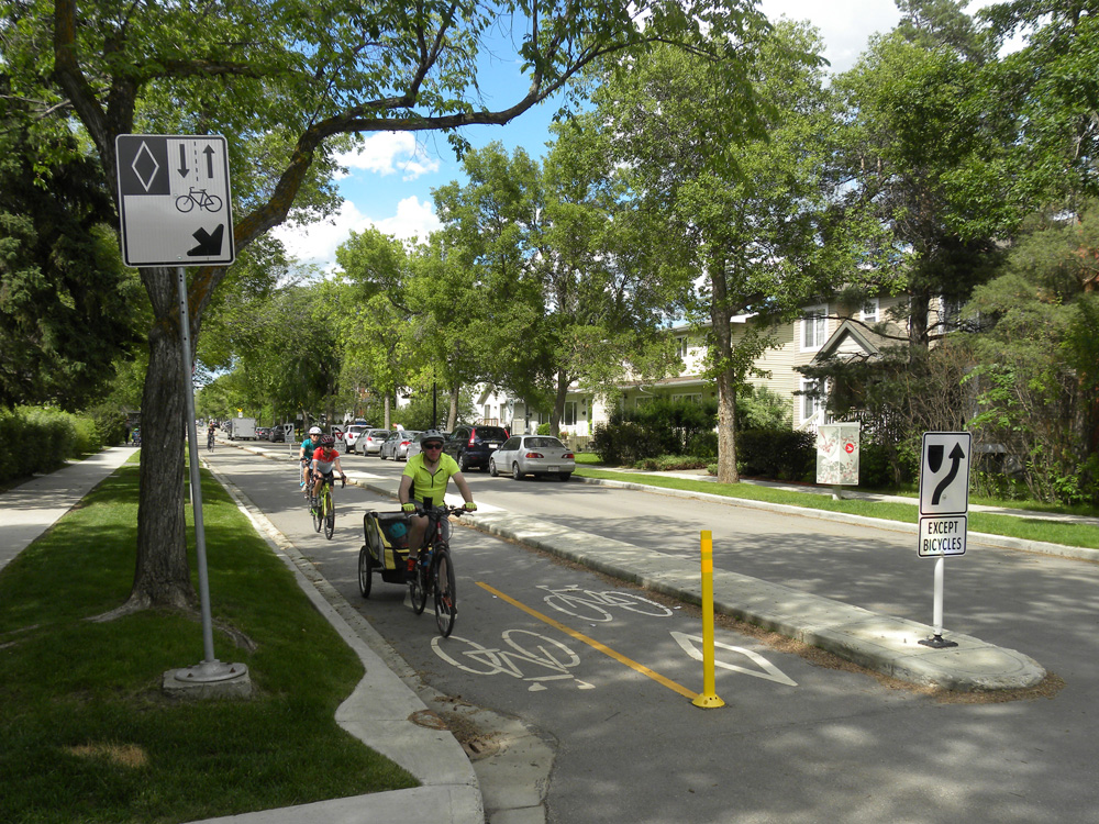 Edmonton's 127 Street cycle lane: signage should be seen by both cyclists and vehicle users © David Arminas