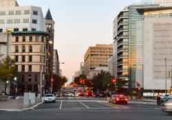 People in Washington DC city in the evening (source:ID 149948516 © Arnon Mungyodklang | Dreamstime.com)